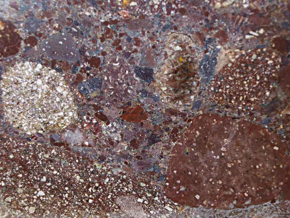 """Das Digerbergs-Konglomerat, mit einem Alter von ca. 1,6 Mia. Jahren, ist eine """"Verkittung"""" älterer, ebenfalls als Leitgeschiebe identifizierbarer Dala-Porphyre; es repräsentiert die ältesten Sedimentgesteine Skandinaviens (Provinz Dalarna)."""
