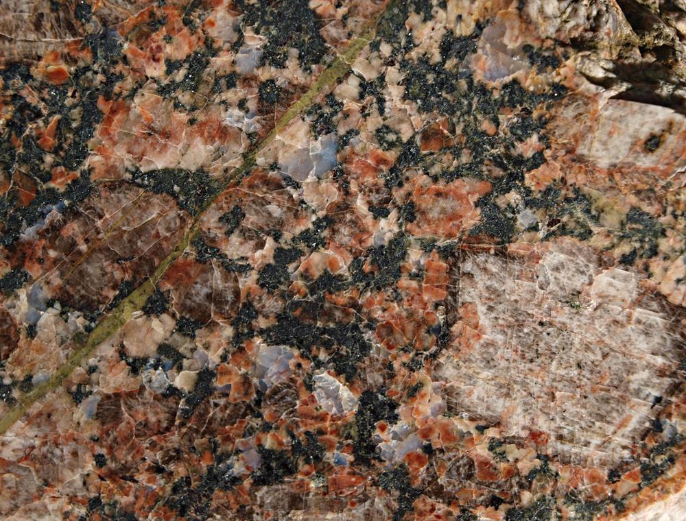 """der schöne, biotitreicher Filipstad-Granit mit unterschiedlichen """"Augen"""" und einer hydrothermal verheilten, mit Epidot angereicherten Kluft ist unverkennbar"""