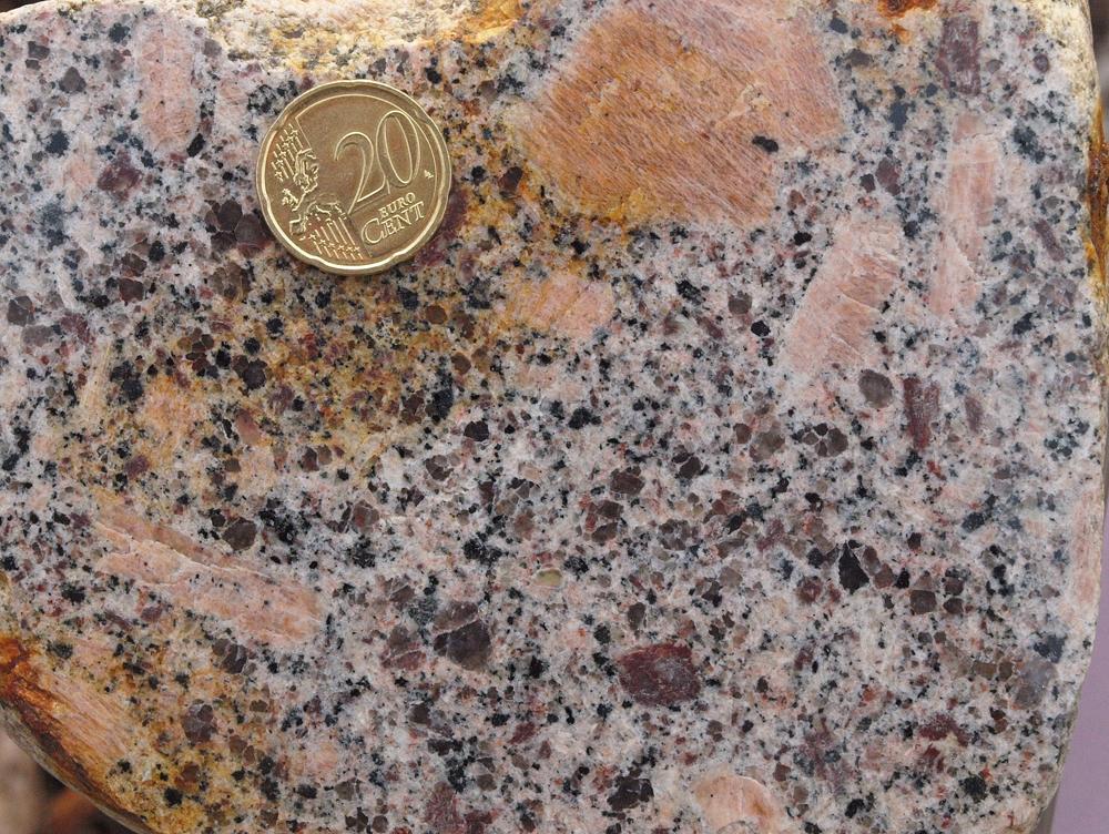 der bei uns seltene Perniö-Granit stammt vom finnischen Festland; die durch Hämatit rot gefärbten Plagioklase und die großen, pertitischen Kalifeldspäte sind sehr charakteristisch